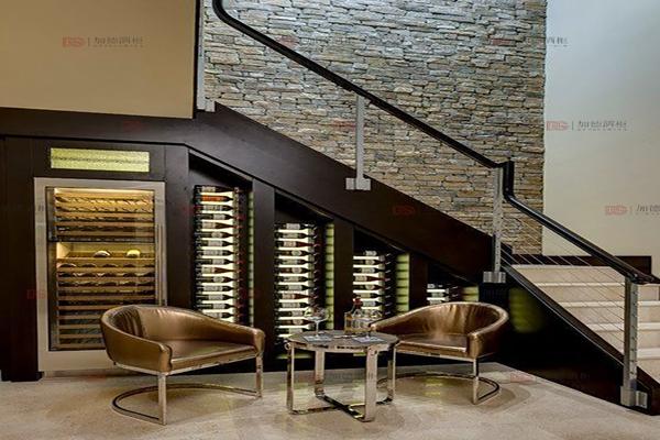 现代楼梯角步入式酒窖
